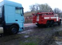 На Кіровоградщині рятувальники допомогли вантажівці виїхати на безпечну ділянку дороги