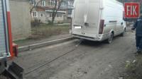 У Кропивницькому мікроавтобус з'їхав на узбіччя дороги та застряг