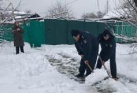 У Кропивницькому дільничні офіцери поліції допомагають людям похилого віку боротися з негодою