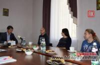 Сергій Кузьменко вручив долинчанину Андрію Дорошенку ключі від однокімнатної квартири