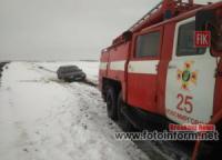 На Кіровоградщині продовжують надавати допомогу по вилученню автомобілів із ускладнених ділянок доріг
