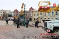 У Кропивницькому почали встановлювати головну новорічну ялинку міста