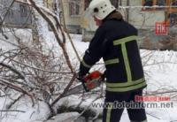 На Кіровоградщині рятувальники продовжують надавати допомогу по подоланню наслідків негоди