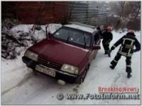 На Кіровоградщині надають допомогу водіям,  чиї автівки опинились на складних ділянках доріг