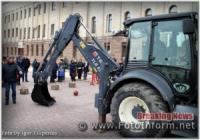 Водоканалівці у Кропивницькому ковшем забивали цвяхи та збивали кеглі