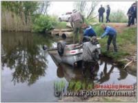 На Кіровоградщині легковий автомобіль з'їхав з мосту у річку та перекинувся