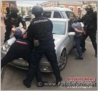 У Кропивницькому група осіб скоювала крадіжки грошових коштів із автомобілів