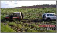 На Кіровоградщині рятувальники допомогли водію легковика вибратись із розмитої ділянки дороги