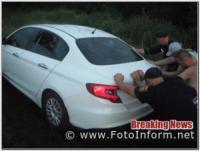 На Кіровоградщині 2 легкові автомобілі застрягли у багнюці