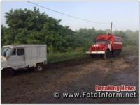 На Кіровоградщині дві автівки застрягли у багнюці