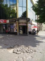 Кропивничани скаржаться на яму посеред тротуару