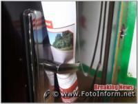 Кропивничанам чіпляють виборчу агітацію прямо на двері домівок