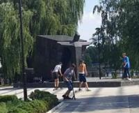 Кропивницький: дитячі розваги прямо на пам' ятнику