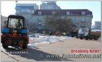 У Кропивницькому самоскидами вивозять сніг