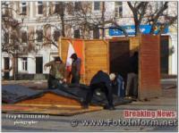 Комунальники почали монтувати новорічне містечко в центрі Кропивницького