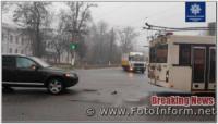 У Кропивницькому під час руху тролейбуса відпав «башмак»,  який впав на автомобіль