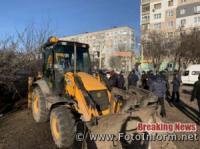 У Кропивницькому городяни руками та лопатами закидують вириту траншею