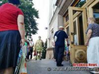 Кропивницький: біля міськради городяни вишикувалися у чергу