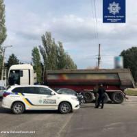 У Кропивницькому іномарка врізалася у вантажівку