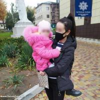 У Кропивницькому серед ночі у під' їзді будинку виявили маленьку дівчинку