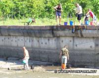У Кропивницькому екоактивісти носили відрами воду із Інгула