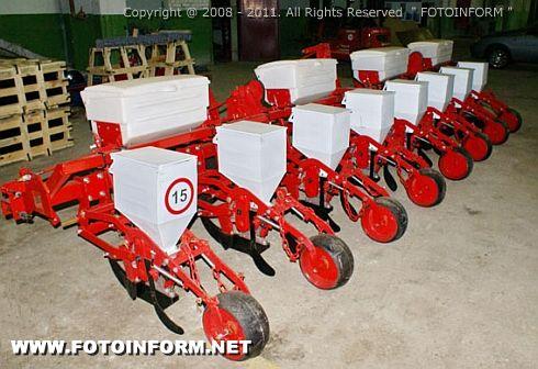 Оригинальность сельхозтехники также можно проверить у менеджеров Торгового дома «Червона зирка» в телефонном режиме или через специальную форму на сайте компании.