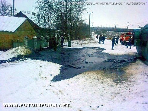 На Кировоградщине перевернулся грузовик с опасным грузом (ФОТО)